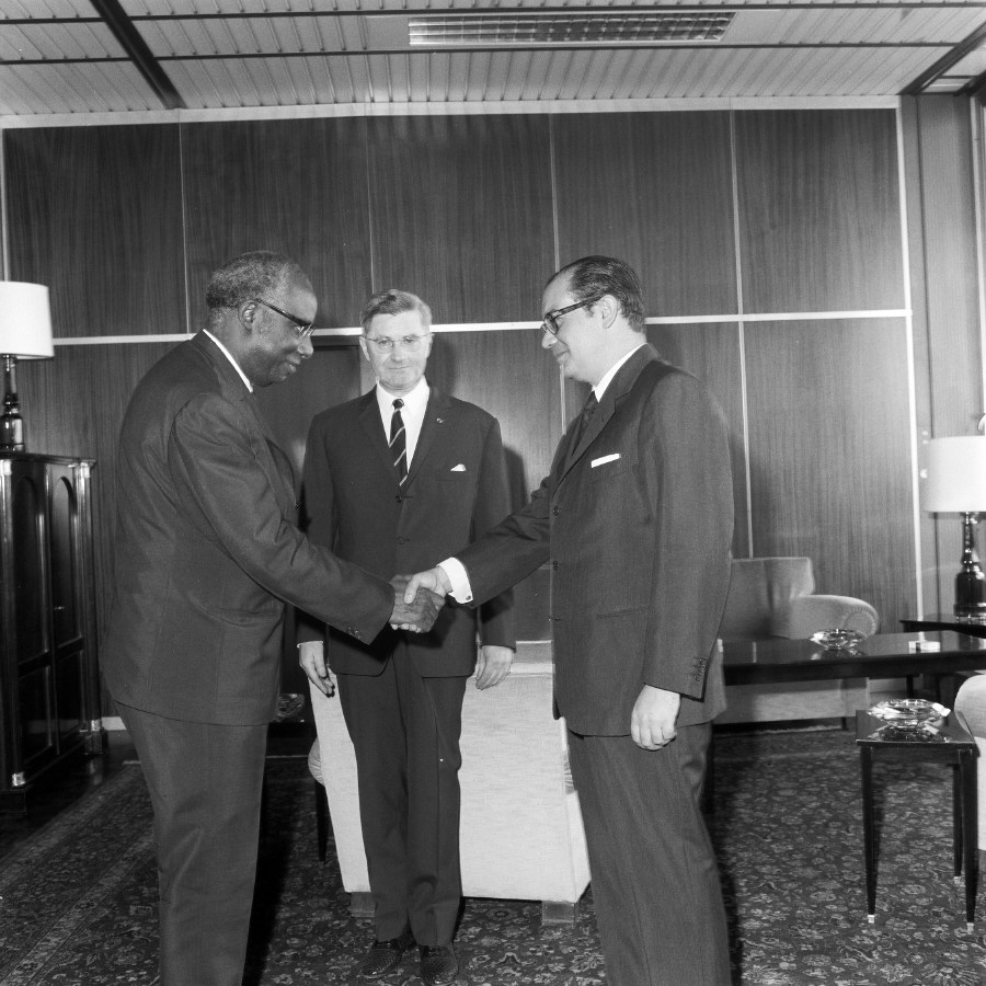 Handshake between H.E. Ambassador Aimé Raymond N'Thepe, Head of the Mission of Cameroon to the EC, on the left, and Franco Maria Malfatti. Date: 07/07/1970