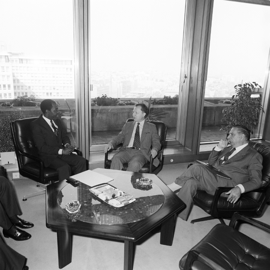 Meeting between H.E. Ambassador Z. Mongo So'o, Head of the Mission of Cameroon to the EC, on the left, Jacques Delors, in the middle, and Lorenzo Natali, Vice-President of the CEC in charge of Cooperation and Development and Enlargement, on the right. Date: 25/07/1985