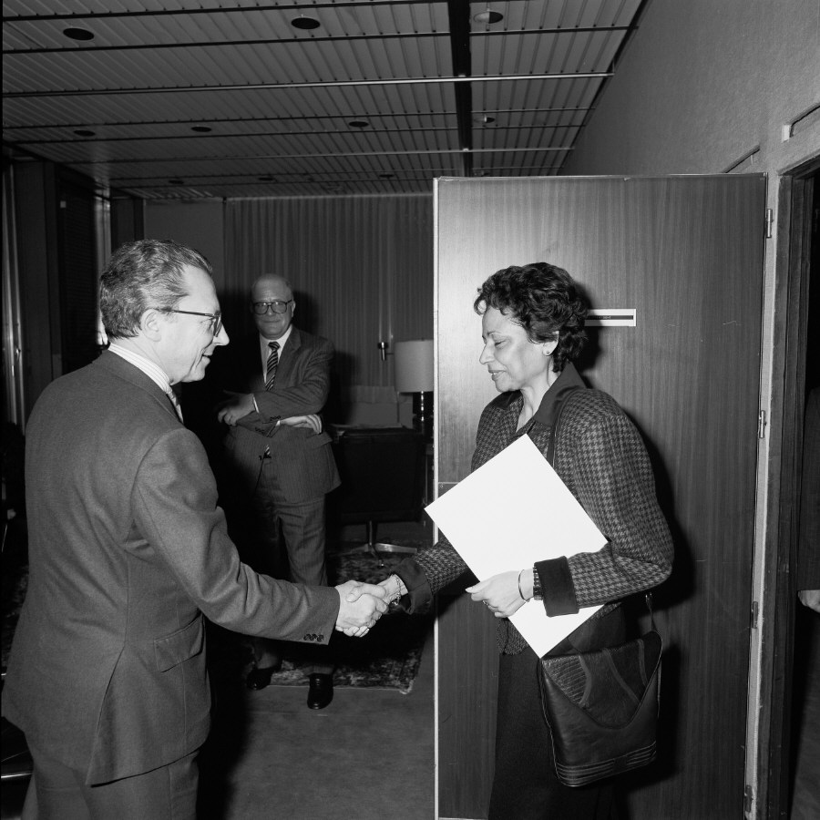Handshake between H.E. Ambassador Simone Mairie, Head of the Mission of Cameroon to the EC, on the right, and Jacques Delors. Date: 04/01/1988