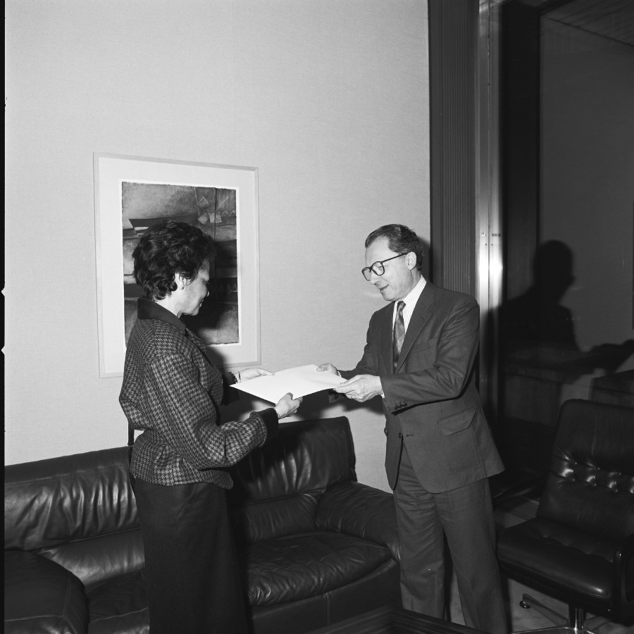 H.E. Ambassador Simone Mairie, Head of the Mission of Cameroon to the EC, on the left, presenting her credentials to Jacques Delors. Date: 04/01/1988