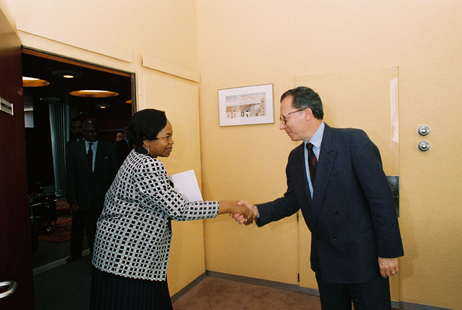 Handshake between H.E. Ambassador Isabelle Bassong, Head of the Mission of Cameroon to the EC, on the left, and Jacques Delors. Date: 20/07/1989