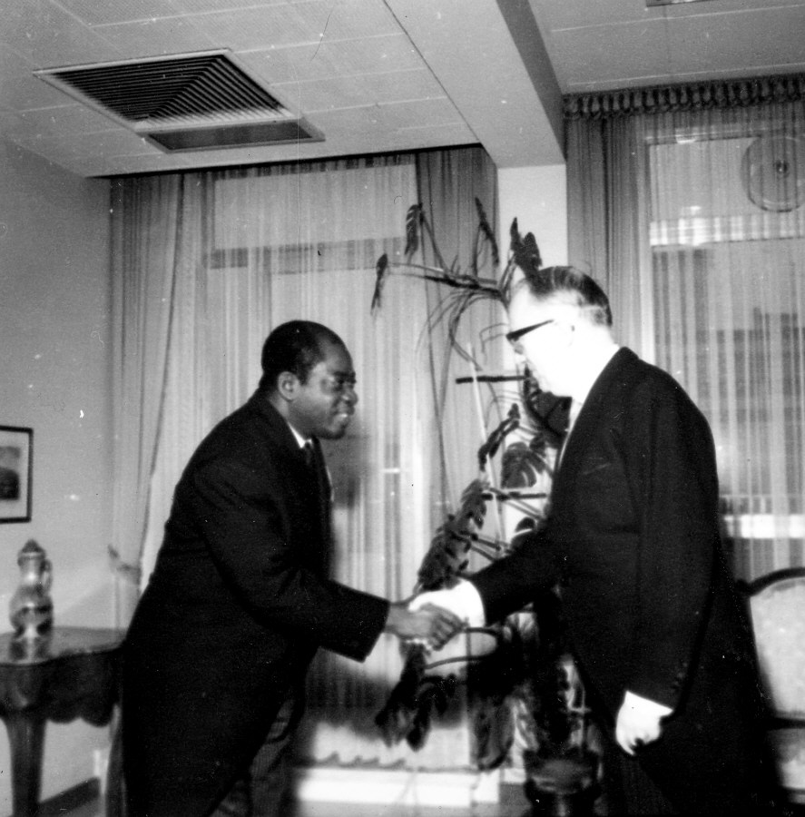 H.E. Ambassador Vincent-de-Paul Ahanda, Head of the Mission of Cameroon to the EEC, on the left, and Walter Hallstein. Date: 30/10/1962