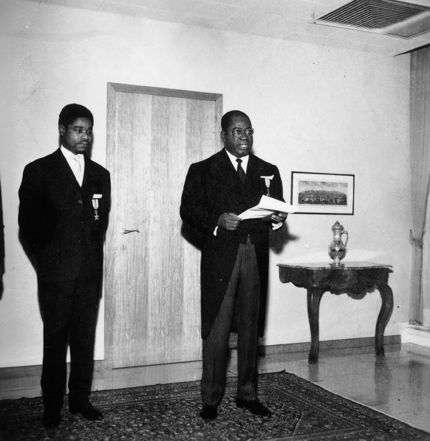 H.E. Ambassador Vincent-de-Paul Ahanda, Head of the Mission of Cameroon to the EEC, on the right, with the credentials in his hand. Date: 30/10/1962