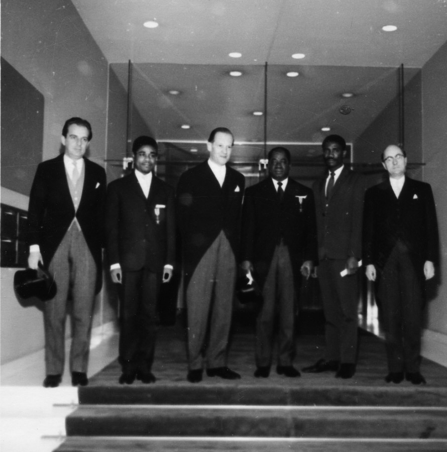 Günter Seeliger and H.E. Ambassador Vincent-de-Paul Ahanda, Head of the Mission of Cameroon to the EEC, 3rd and 4th on the left. Date: 30/10/1962