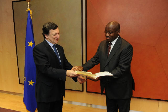 H.E. Ambassador Daniel Evina Abee'e, Head of the Mission of Cameroon to the EC, on the right, and José Manuel Barroso. Date: 20/11/2008